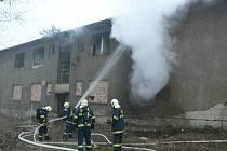 U bytových domů hořela skládka