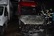Požár dodávek v Jinočanech.