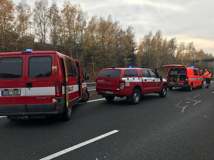 Nehoda čtyř kamionů zastavila provoz na dálnici D5 u Rudné