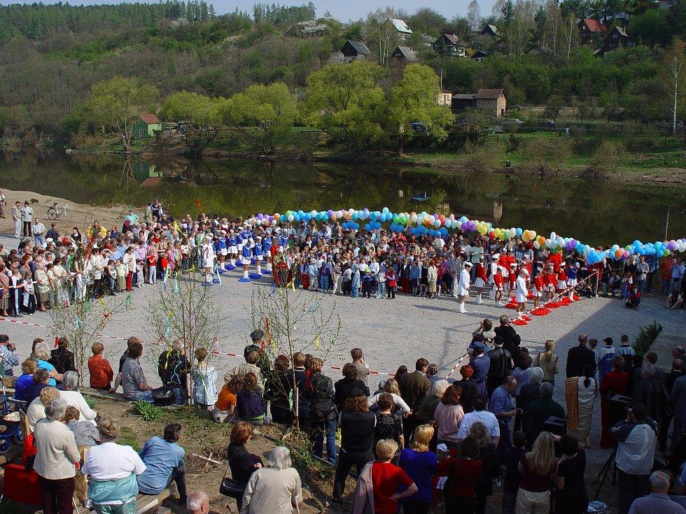 Slavnostní otevření lávky v roce 2003.