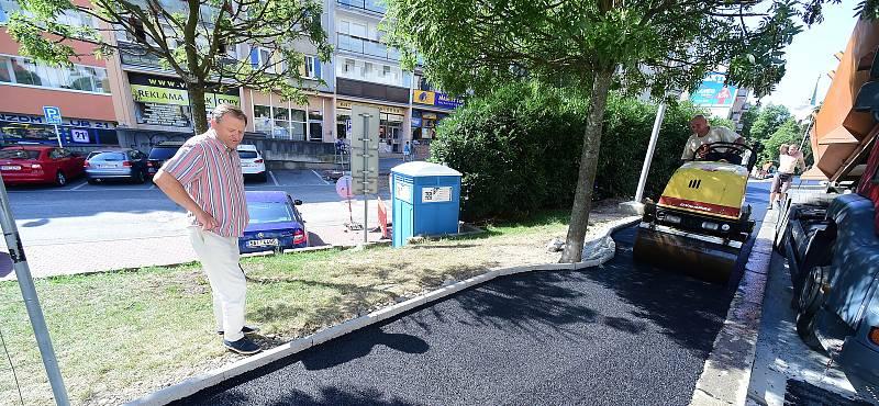 Výstavbě nového semaforu v blízkosti Jungmannovy základní školy v Berouně přihlížel i starosta města Ivan Kůs.