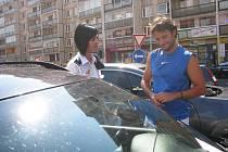 Policistka domlouvá majiteli auta, který u něho nechal celou noc otevřené okno
