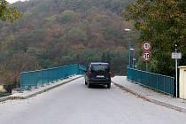 Motoristů, kteří trpělivě čekají, až jim pro přejezd srbské lávky padne zelená, je jako šafránu