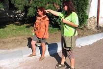 Ředitelka praskoleské školy Taťána Houdková (vlevo) byla v sobotu z úprav návsi úplně zděšená.