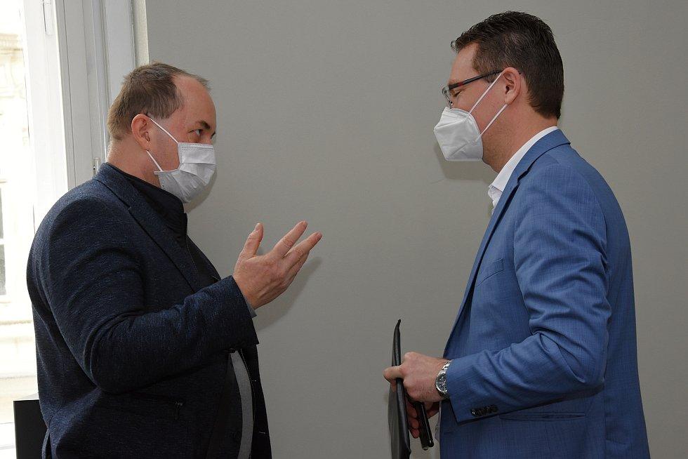 Tiskové konference se měl zúčastnit také radní Středočeského kraje pro oblast veřejné dopravy Petr Borecký (STAN). To se však nestalo, protože musel z pražského magistrátu odejít kvůli dalšímu naplánovanému programu.