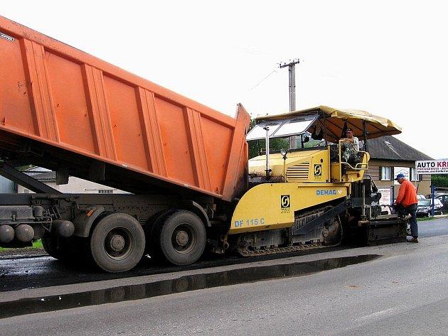 Po opravě povrchů plzeňské silnice v Berouně se dělníci i těžká technika přemístí do Zahořan. Hlavní tah touto obcí je od dnešní půlnoci uzavřen veškeré dopravě.