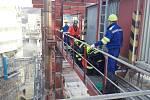 Náročný výcvik 45 metrů nad zemí: dostat do bezpečí zraněného pacienta s otravou.