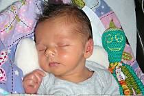 JAKUB Kadeřábek se narodil o pět týdnů dříve, 21. října 2017, vážil 2,50 kg, měřil 46 cm, a protože krásně baští, už je s rodiči Marií Vrbovou a Václavem Kadeřábkem doma v Hostomicích. Z brášky se radují Eliška (18), Vašík (13) a Lucinka (10).