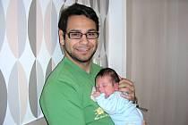 ŠŤASTNÝ tatínek Patrik Kompuš z Berouna chová v náručí prvorozeného syna Timoteje Patrika, kterého přivedla na svět 3. prosince 2016 maminka Lenka Hrušíková. Timotejovi sestřičky po porodu navážily 3,67 kg a naměřily 50 cm.