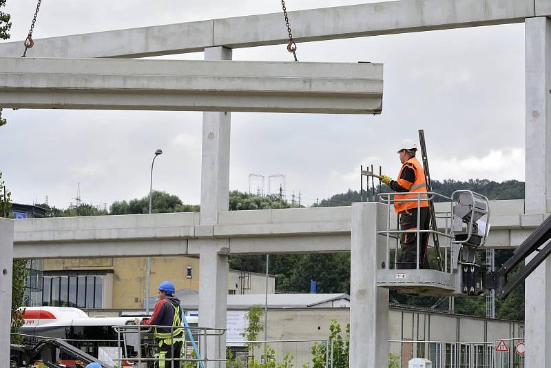 Stavba u autobusového nádraží v Berouně.