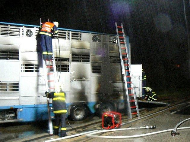 Na dálnici D5 u Zdic hořel v noci kamion plný telat