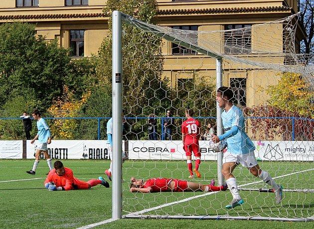 Vyšehradský Dominik Hašek se raduje z pátého gólu v králodvorské síti. Ležící hráči hostů už vědí, že zápas v Praze bude průšvihem.