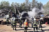 Požár stříhacích nůžek v kovošrotu.