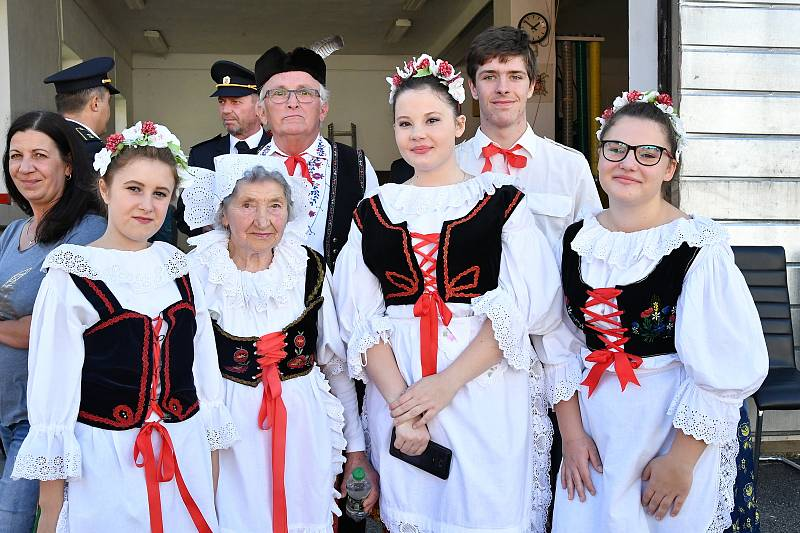 Z prvního ročníku soutěže O nejlepšího kuchaře, který nejlépe upeče kachnu v Hostomicích.