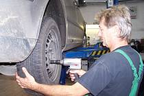 V autoservisech se připravují na každoroční výměny pneumatik.
