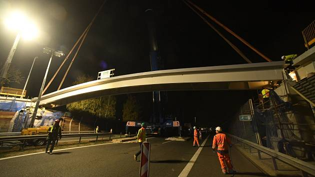Usazení nové lávky pro pěší přes dálnici D5 v Králově Dvoře.