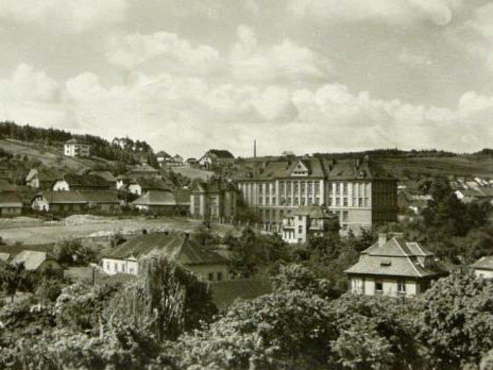 Pohled na tehdejší učitelský ústav v Hořovicích. Nyní je v něm gymnázium Václava Hraběte a základní škola.