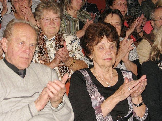 Broumským ochotníkům tleskali diváci v žebráku