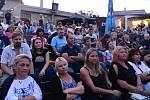 Z koncertu Juliana Záhorovského a Janka Ledeckého v letním kině v Berouně.