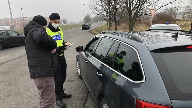Policejní kontrola v Praze na Zličíně.