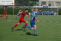 V Komárově převedli proti domácím fotbalové umění hokejisté Plzně (v modrém).