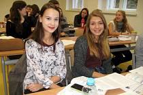 Studentka Anna Frankeová z Hořovic (vlevo) míří k volbám poprvé. Přidá se k ní například i její spolužačka Aneta Fatková z Hostomic (vpravo).
