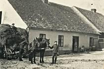 Centrem Hostomic v minulém století jezdili místo aut koňské povozy.