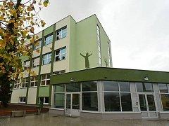 Město Králův Dvůr dokončilo výstavbu nového školního pavilonu a otevírá ho veřejnosti.