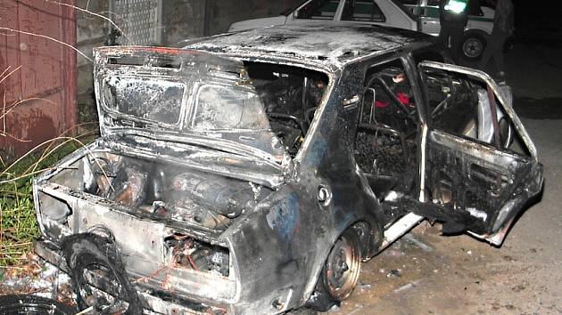 OPILÝ řidič havaroval se Škodou 105, která se následně vzňala. Muž vyvázl bez zranění.