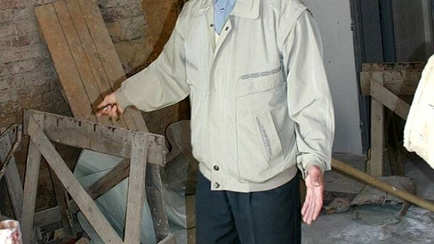 Jaromír Mecner ukazuje rozestavěné části sokolovny.