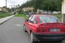 Před školkou Po dHájem zastaví každý den desítky aut. Pro zloděje se nyní stávají terčem útoku.