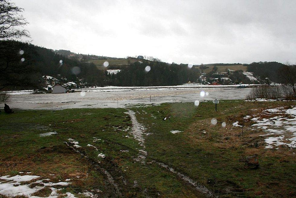 Berounka v pátek 14. ledna dopoledne. A řeka stále stoupá.