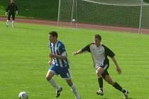 Divize: Domažlice - Hořovicko 1:0. Levý bek FK Hořovicko Lukáš Sklenář (v černobílém) vyslal na branku domažlického Mlezivy po splnění obranných povinností několik centrů, ke gólu ale nevedly.