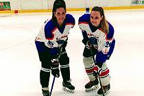 Foto berounských Lvic. Jedná se o hokejistky a účastnice MS v Kanadě. Zleva: Marina Hužvárová a Jana Vacková. Foto: Václav Roztočil