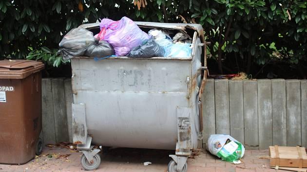 Návštěvníci obcí společně s chataři vyprodukují tuny odpadu, kterým velmi často k tomu určené nádoby přetékají