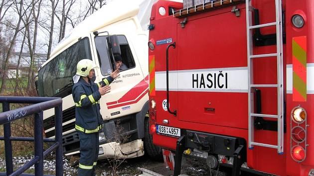 Vyprošťování zapadlého nákladního automobilu u Cerhovic se ujali profesionální hasiči z Hořovic