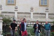 V zahradě zámku v Mníšku pod Brdy se v podání zadnotřebaňských ochotníků uskutečnila další derniéra muzikálu Postřižiny.
