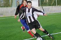 V utkání příbramského Spartaku s Hostomicemi bojují o balon hostující Jiří Kuba (vpředu) a Martin Dostálek.
