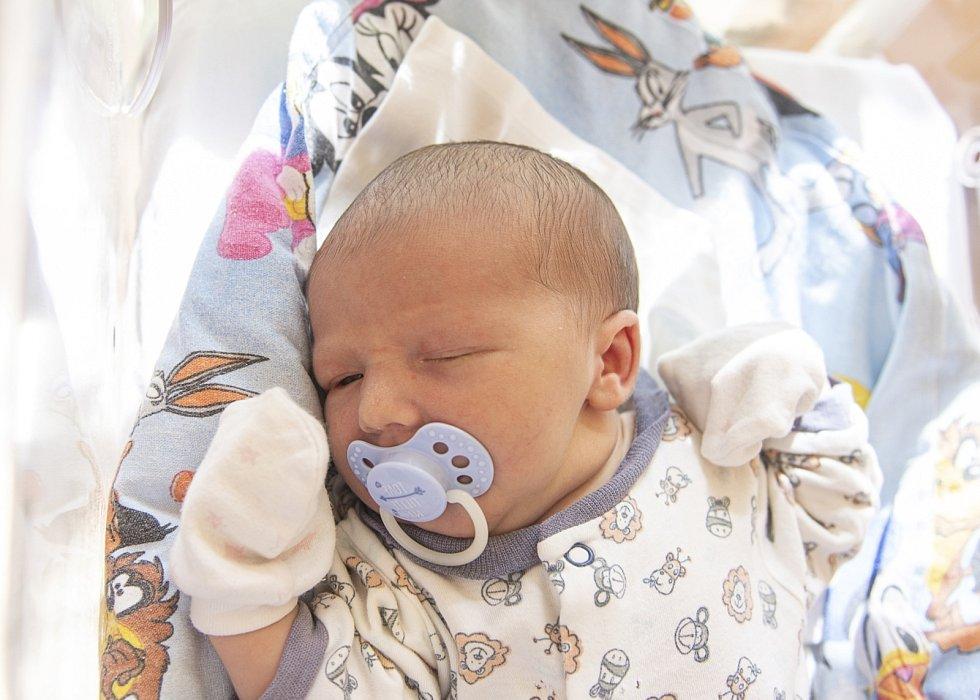Michael Kříž se narodil v nymburské porodnici 9. července 2021 ve 13.11 hodin s váhou 3800 g a mírou 50 cm. Na chlapečka se ve Vrbové Lhotě těšila maminka Zuzana, tatínek Josef, sestřičky Gabriela (12 let), Izabella (7 let) a bráška Patrik (10 let). Foto: