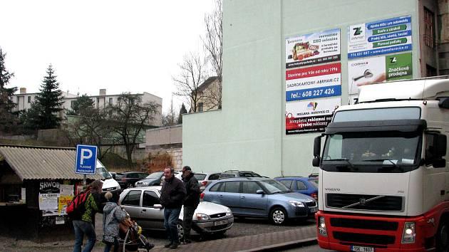 Modrá zóna se rozšíří například i do proluky v hořovické Pražské ulici