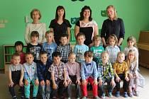 Děti v Mateřské škole v Zadní Třebani s vedoucí učitelkou Klárou Peškovou, učitelkou Lucií Tauchenovou, asistentkou pedagoga Ivanou Nájemníkovou a chůvou Janou Hejlkovou.