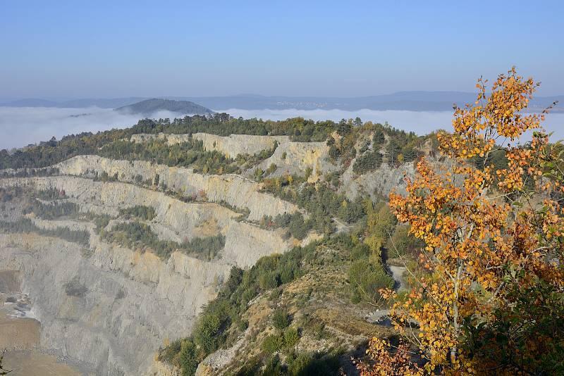 Podzimní mlha v okolí vápencového lomu Čertovy schody nedaleko Berouna.