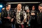 Pro Vojtu Hubingera i kapelu Moped 56 je letošní rok v hudebním životě nejtěžší. Frontmena kapely čeká těžká operace ramene.