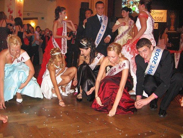Maturitní ples studentů 4. A berounské obchodní akademie se konal v sále berounského kulturního  domu Plzeňka
