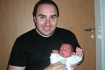 Lukáš Dostál ze Zdic si spokojeně hoví v náručí tatínka Ondřeje, který si nenechal synovo narození ujít. Lukášek se narodil 26. dubna 2015 za pět minut dvanáct v noci mamince Dagmar Dostálové. Chlapečkovy porodní míry byly 3,60 kg a 49 cm.
