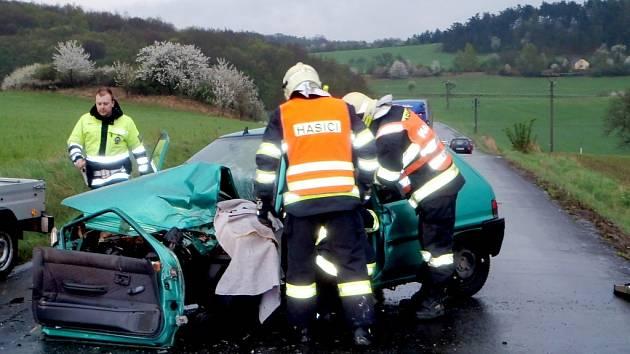 Čelní srážka dvu osobních automobilů u Koněprus