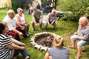 Velice oblíbenou tradicí se nejen pro obyvatele králodvorského domova s pečovatelskou službou, ale i členy králodvorského klubu seniorů stalo pečení buřtů na místní zahradě.