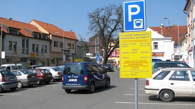 V Berouně s prodloužila doba placeného parkování