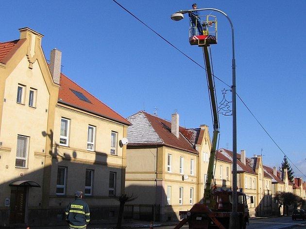 V Králově Dvoře zdobí vánoční osvětlení už několik dnů Plzeňskou ulici. Při instalaci světelných prvků asistovali i hasiči