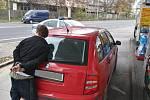 Stopař odcizil auto muži, který mu nabídl pomoc.